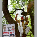 25-1429938569-gajendra-singh-sitting-in-a-tree-during-aam-aadmi-party-aaps-rally5